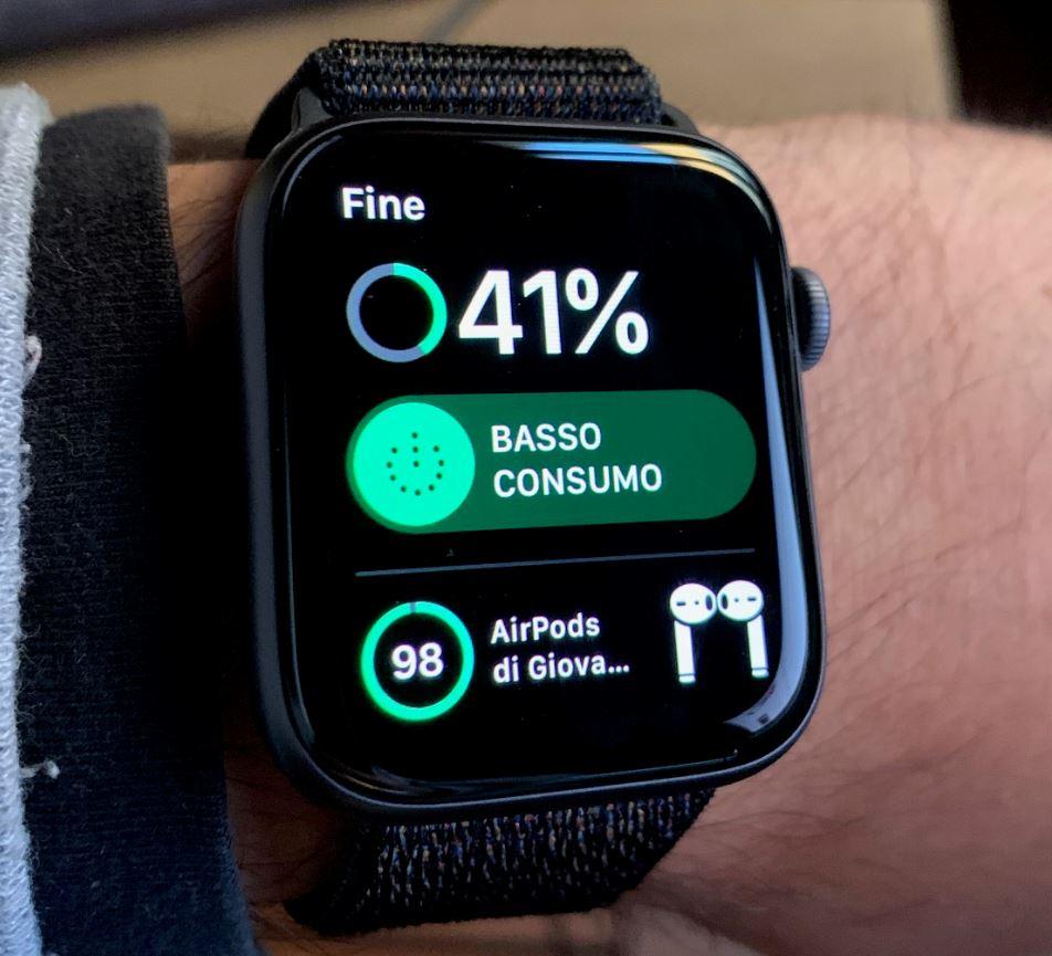 Controllare la carica della batteria degli AirPod con l'Apple Watch