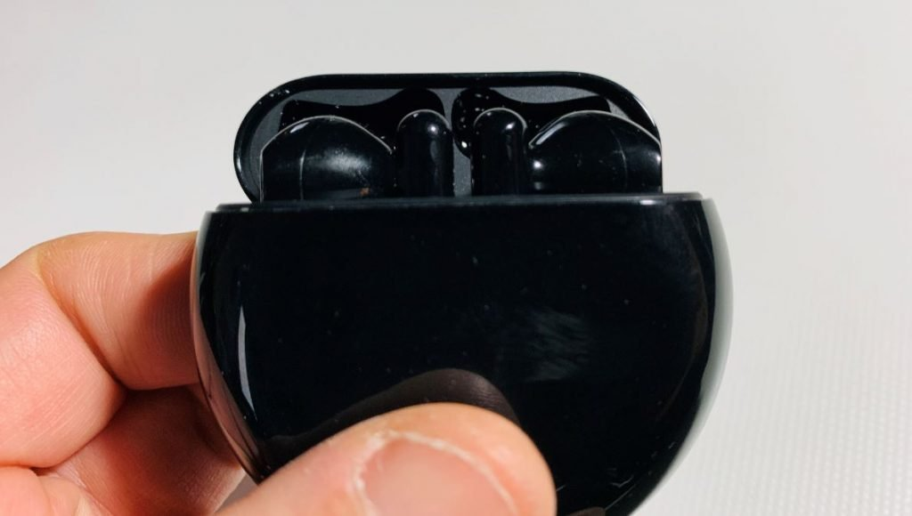 Custodia Freebuds 3 aperta con auricolari inseriti